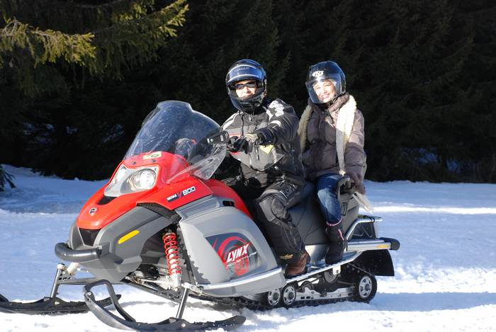 motoneige-rouge-deux-personnes